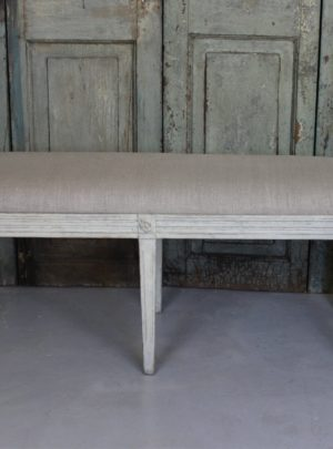 Estimates Swedish bench Gustavian style with new linen.