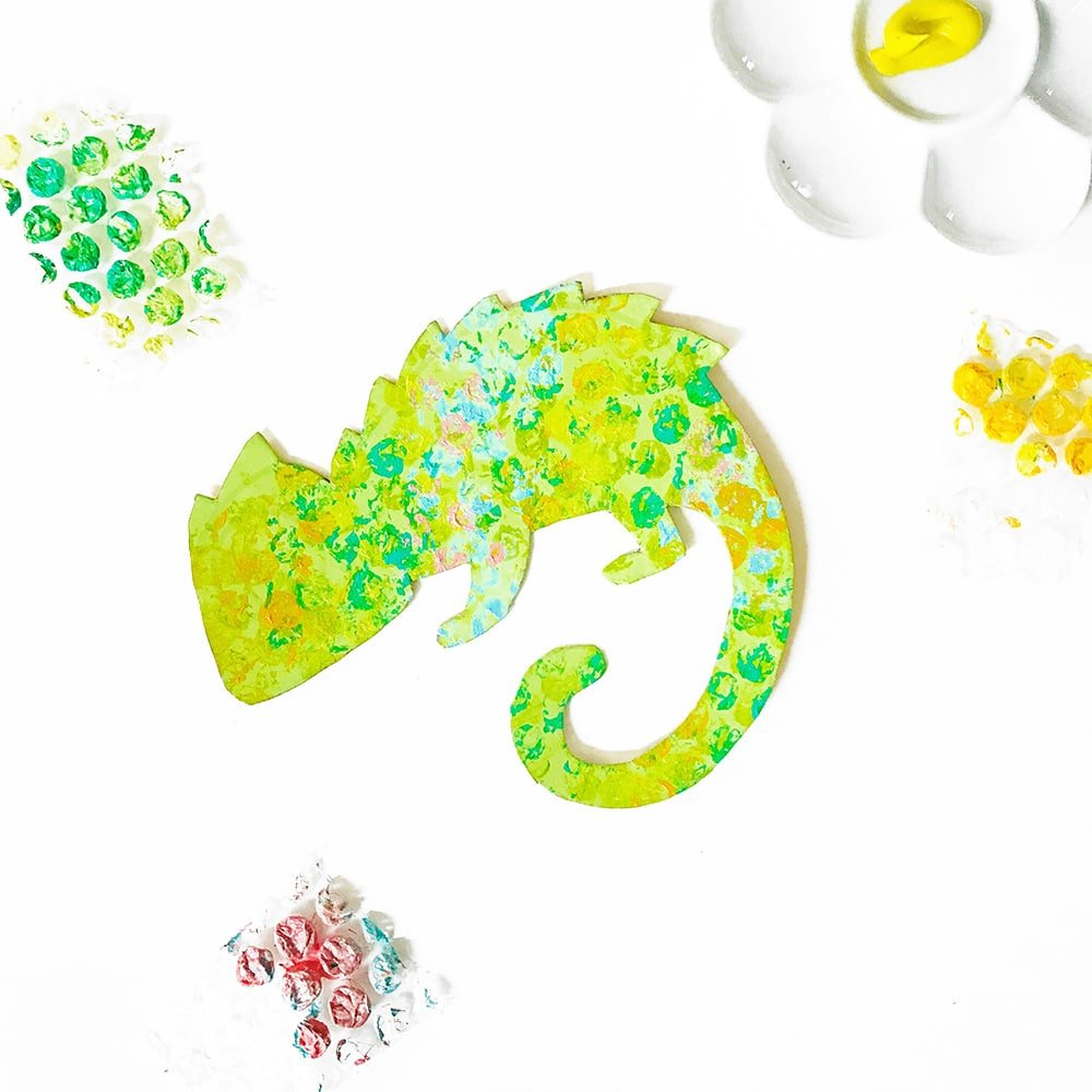 Use bubble wrap to print on these cute crafty chameleons! | via barley & birch