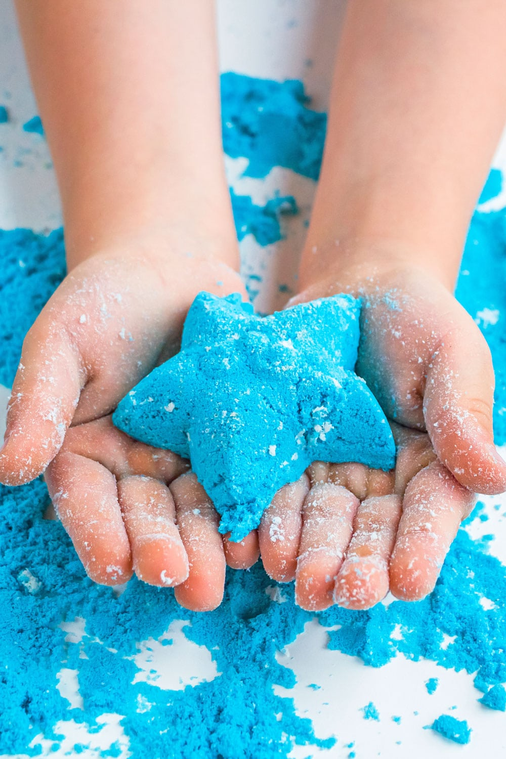 Make your own moon sand for beachy summer sensory play your kids will love! | via barley & birch