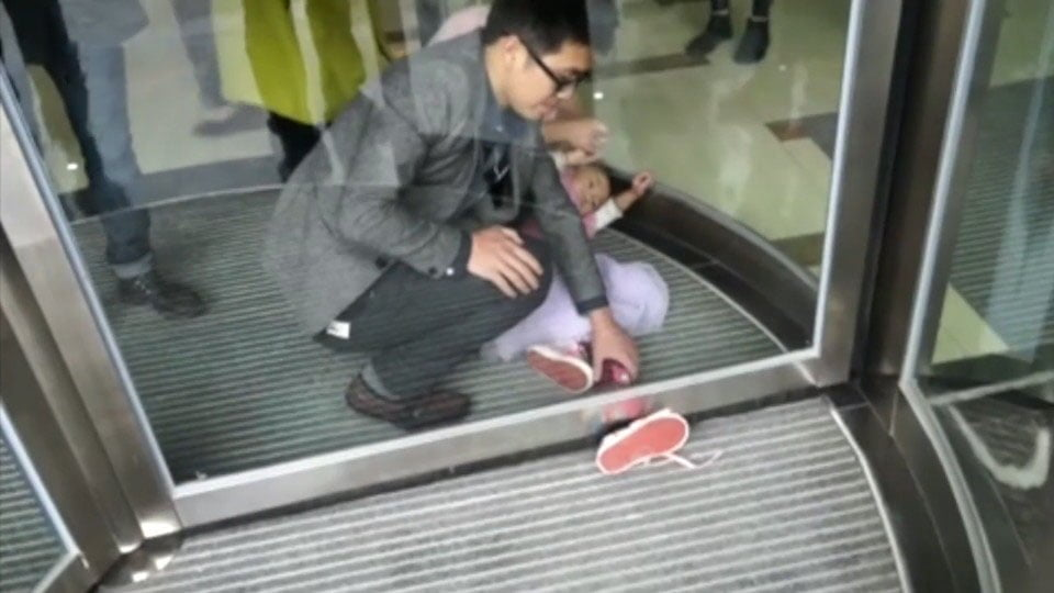 rescuing 4 year old who got foot caught in revolving door cctv 161025 00 00 05 00 still003