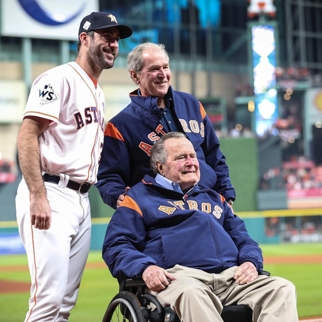 George HW Bush (duduk di kursi roda) dan putranya George W Bush. (Instagram/@georgewbush)