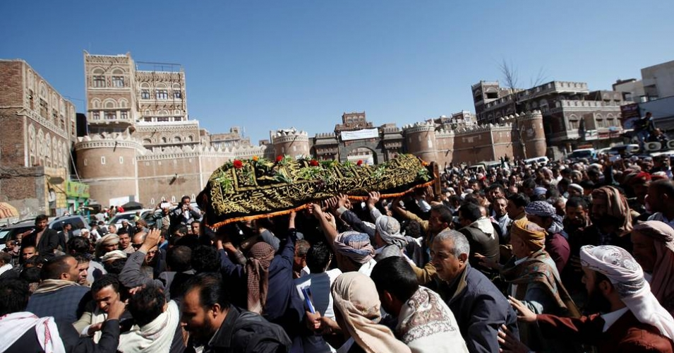 Mourners on Monday carry the coffin of Abdul Qader Helal, the mayor of the Yemeni capital San'aa, who was killed in an air strike on a funeral blamed by Houthi rebels on Saudi Arabia. (Photo: Reuters)