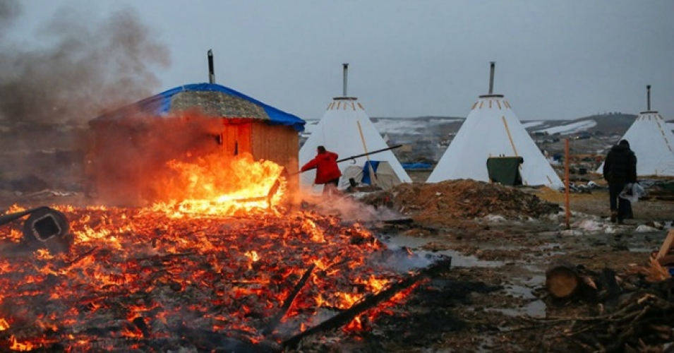 """""""The ongoing struggle will not go down in the flames at Oceti Sakowin,"""" writes Ladha. (Photo: Stephen Yang/Getty Images)"""