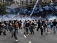 Venezuelan opposition activists clash with the police during a protest against the government of President Nicolas Maduro on April 6, 2017 in Caracas.Violence erupted for a third straight day at protests against the government, escalating tension over moves to keep the leftist leader in power. / AFP PHOTO / JUAN BARRETO