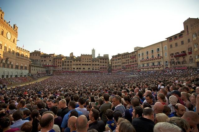 A crowd fills the piazza for the horse race.