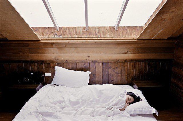 Cozy bed in a cabin in Napa for a honeymoon