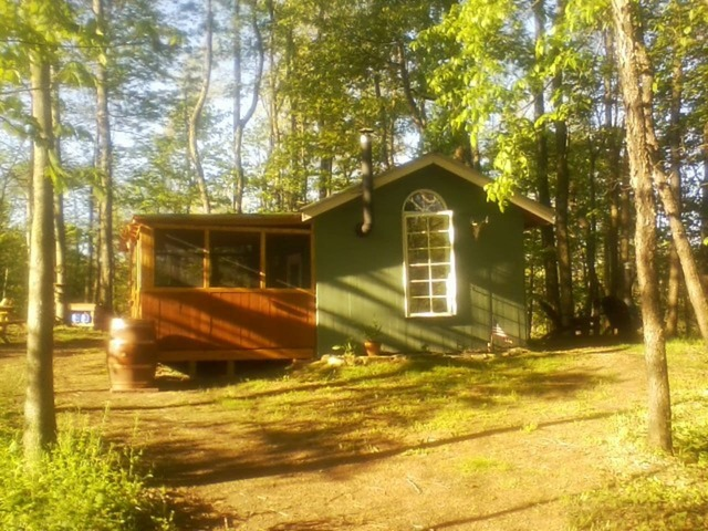 Arrowhead Ridge Off-grid Cabin exterior image in the woods