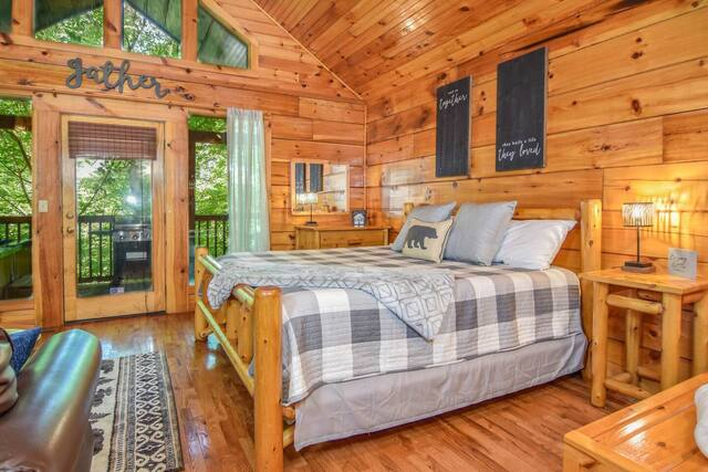 bedroom in Romantic Cabin Minutes Away From Pigeon Forge with view