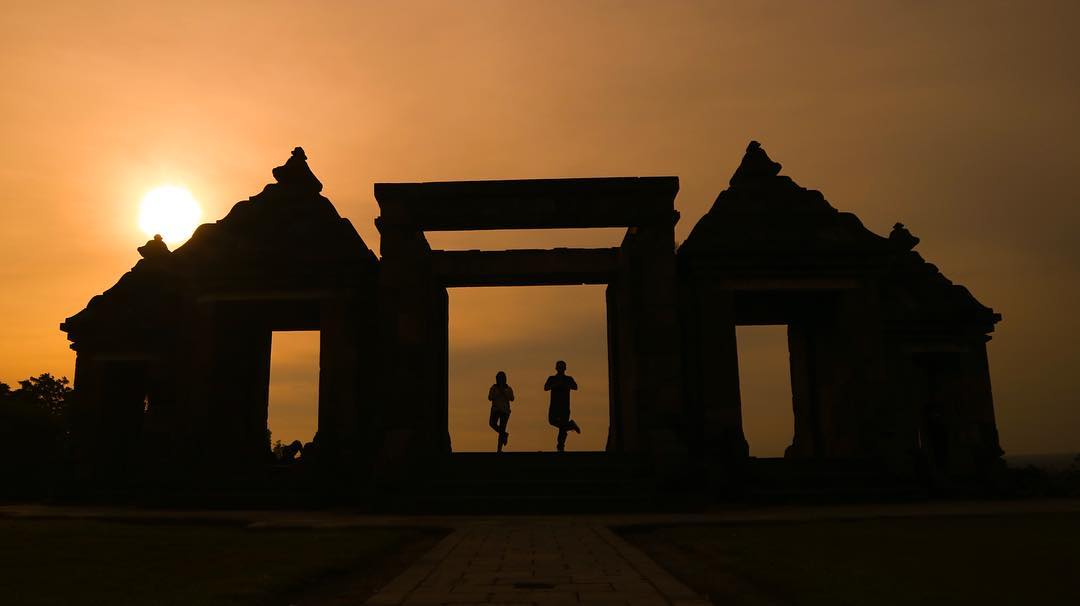 Enjoy a romantic afternoon at Ratu Boko Temple, One Of Yogyakarta romantic destination via @esanugroho1208