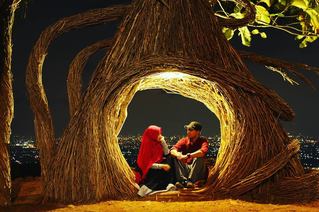 Enjoy flickering city lights at night from Pinus Pengger via @udin_asshofani