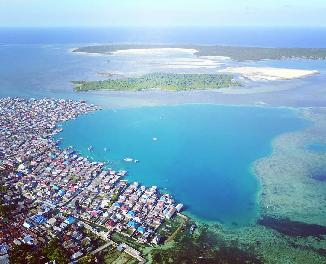Bajo tribal settlement from air. Bajo tribe people are more comfortable living on sea water than living on land. They are able to survive with very limited availability of fresh water. At sea they are able to dive for 10 minutes without the help of oxygen tubes at a depth of 70m. via @laodejailani