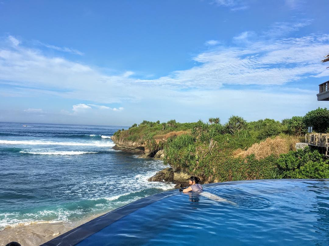 Dream Beach Hut Infinity pool Nusa Lembogan. via @cikluvnie