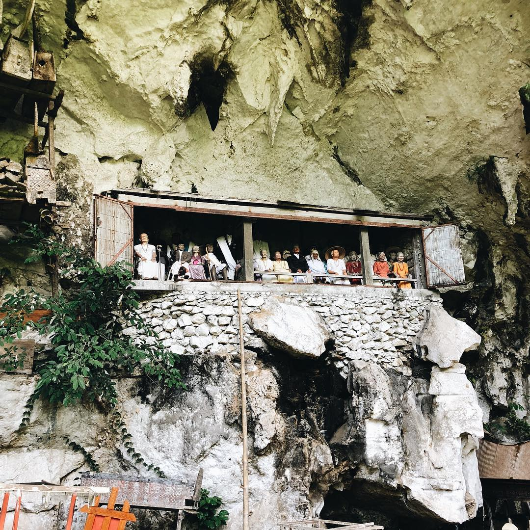 Tana Toraja has tourist attraction known as Londa, which is a tomb complex located on a rocky cliff. via @reyhanprmhs