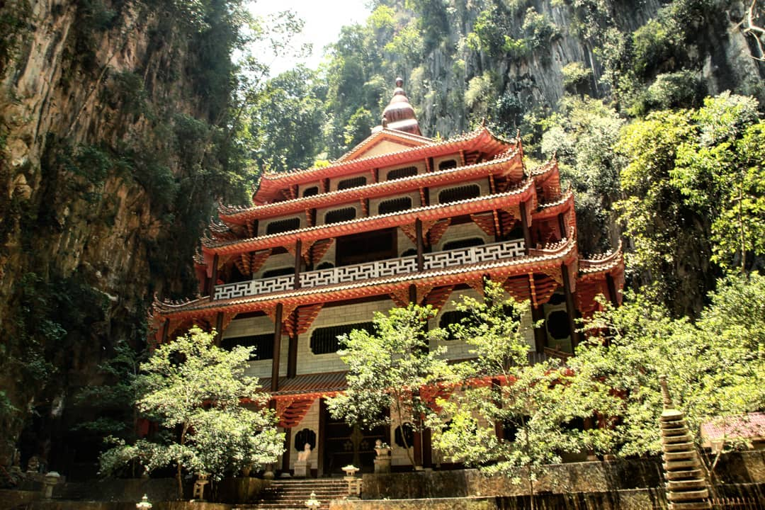 Sam Poh Tong is a natural cave temple which is located at Gunung Rapat, about 5 km from Ipoh