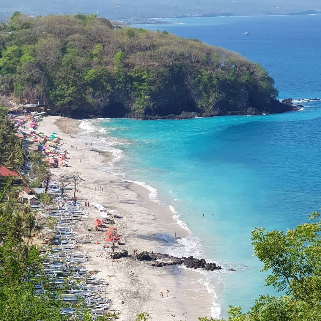 The location of White Sand Beach Bali is hidden between two high cliffs of Penggiang and Apen! via @ladocca