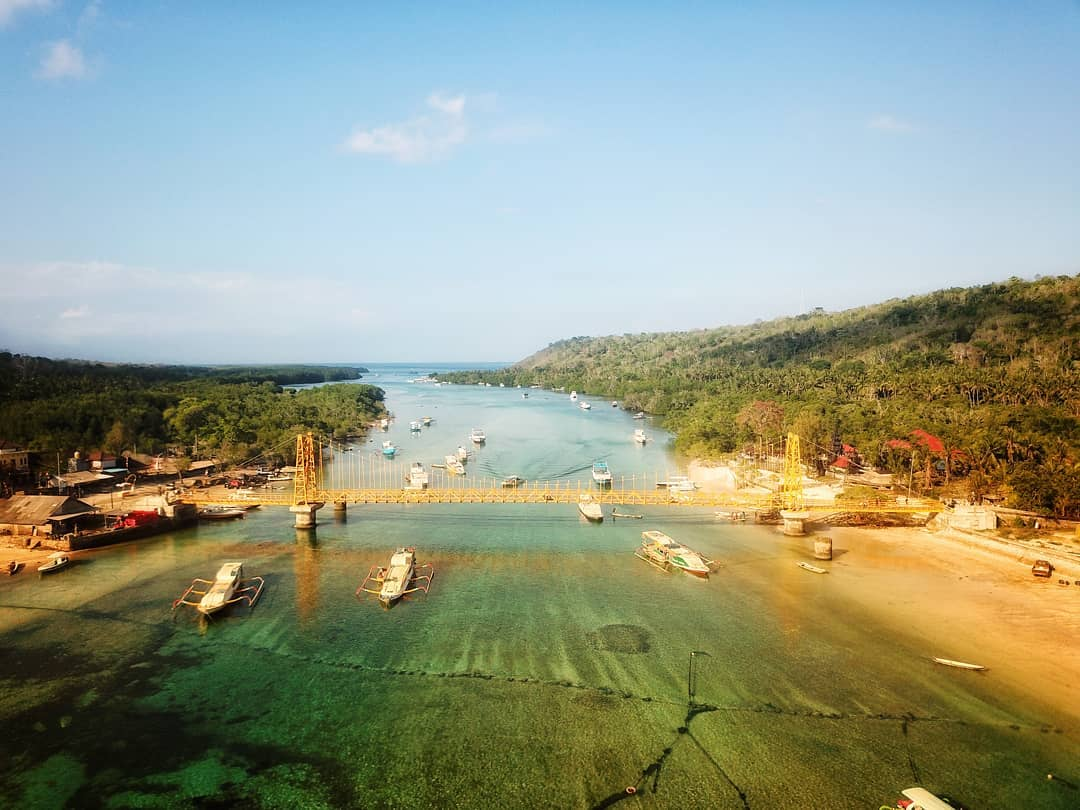This Yellow bridge connecting Nusa Lembongan and Nusa Ceningan is one of the iconic attractions! via @nherdananto