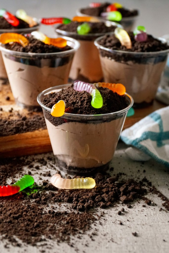 dirt cups pudding with Oreo and gummy worms