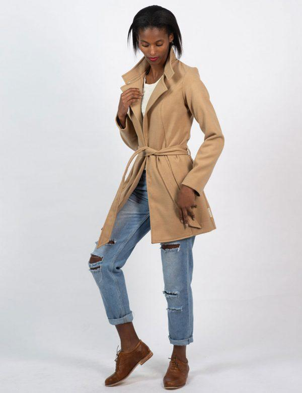 Classic Trench - Camel - Lifestyle shot 1