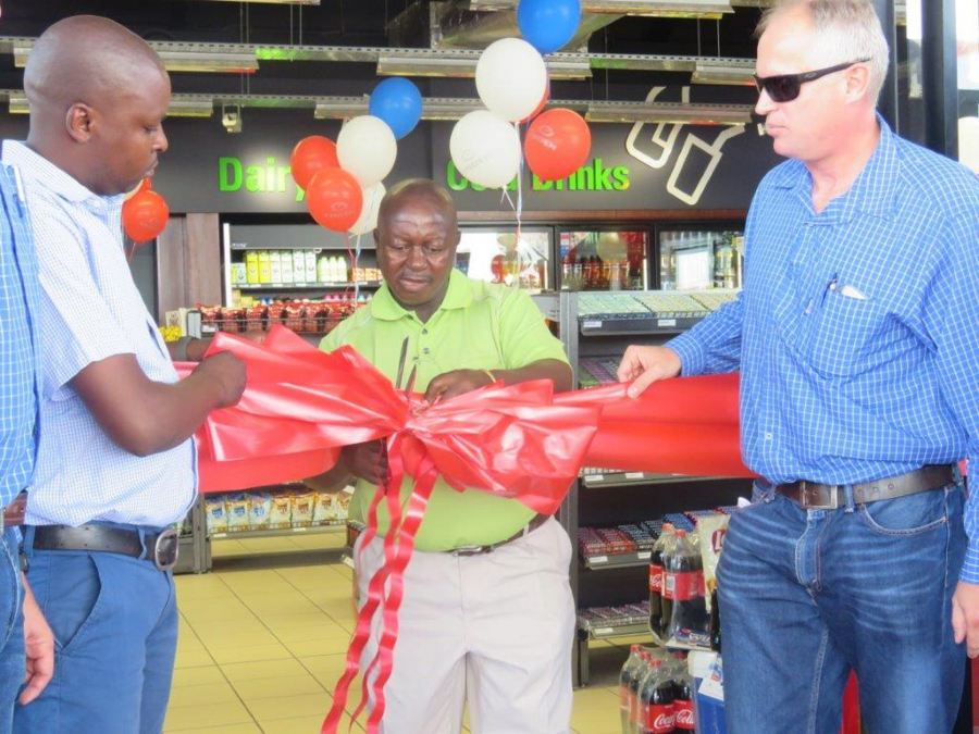 Mr Paulus Mahlangu from Engen Phola Park cuts the the ribbon, officially opening Engen Phola Park Convenience Centre