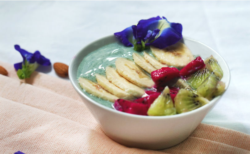 Green smoothie bowl with Tavelmout raw spirulina