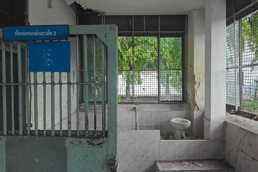 Cell-and-toilet-at-the-disused-women's-prison,-Chiang-Mai,-Thailand