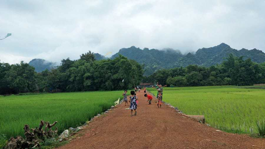 Children flying kites on the way to Saddan Cave, Hpa An.