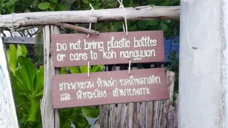 No plastic bottles sign in English and Thai.