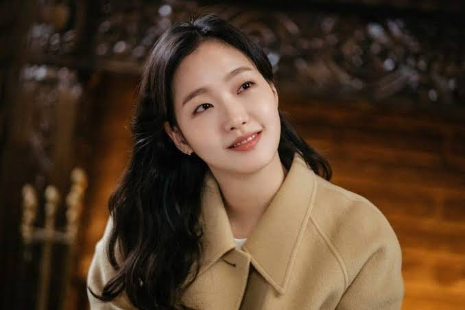 Kim Go-eun as Jeong Tae-eul and luna in past