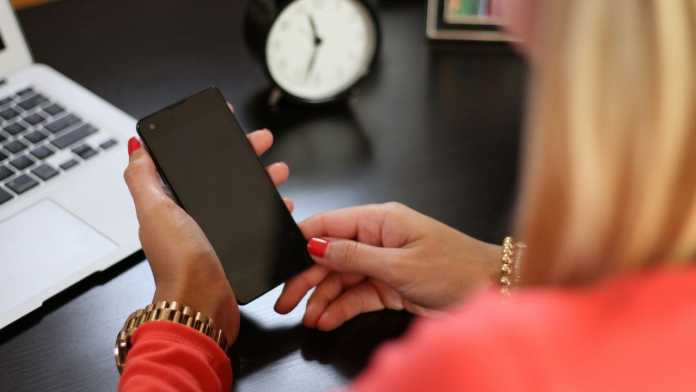 Who is the leader in smartphone shipments?