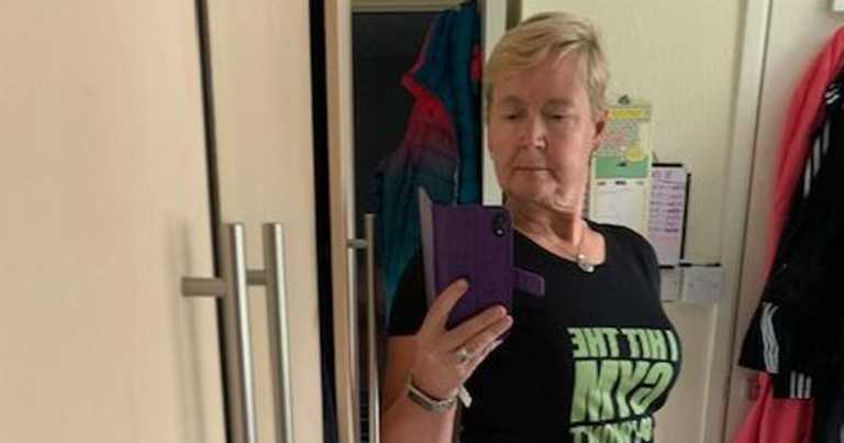 Woman loses 10 stone after 'hideous' holiday photo left her in tears