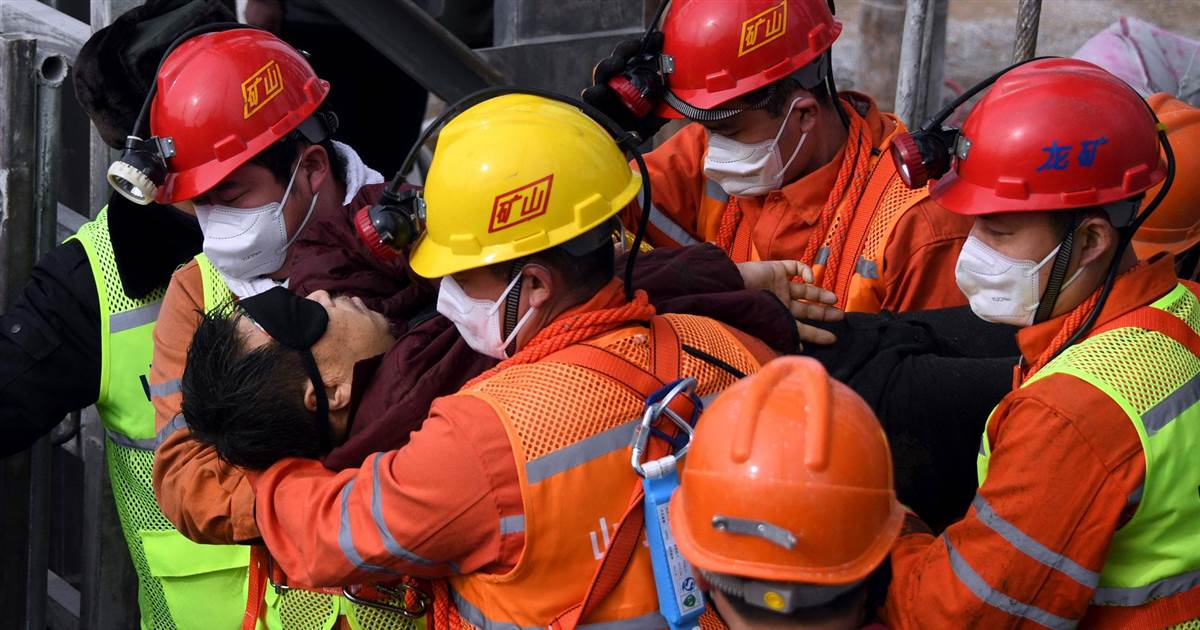 11 Chinese miners rescued from gold mine shaft