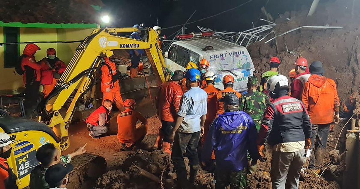At least 11 dead and 18 injured as torrential rain causes fatal landslide