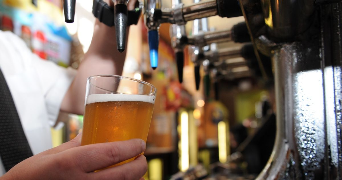 Bars and restaurants should stay shut until May, experts warn