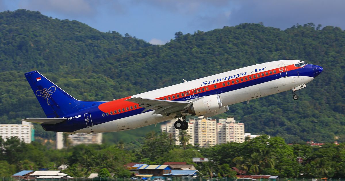 Boeing 737 passenger plane crashes into sea after 'falling 10,000ft' on takeoff