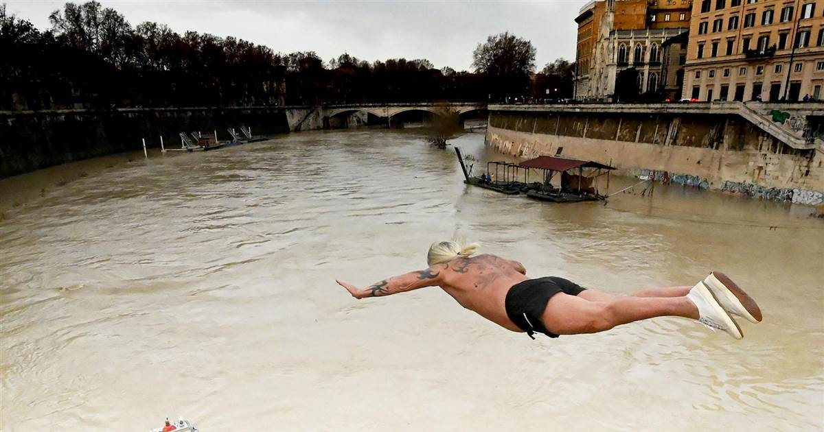 Divers brave icy Tiber River in traditional Roman new year celebration