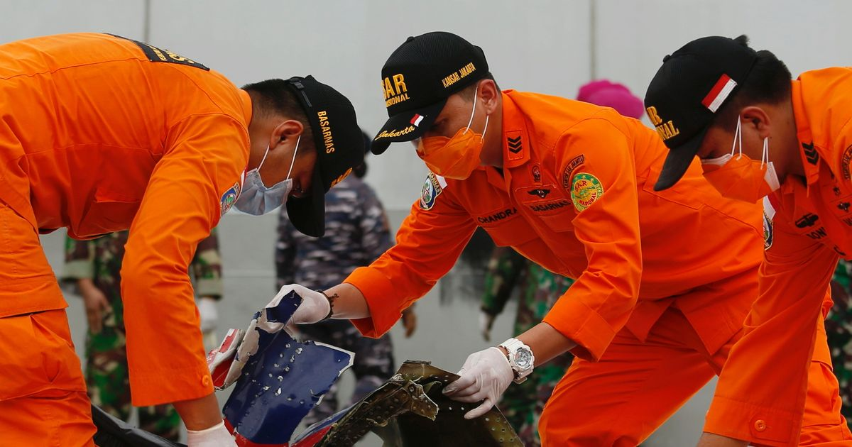 Divers in Indonesian plane hunt find more wreckage as emergency signal detected