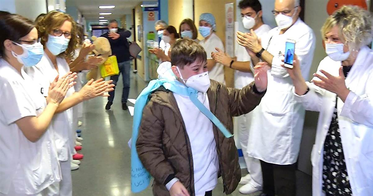 Gifts and applause from hospital staff as Spanish boy wins ICU Covid battle