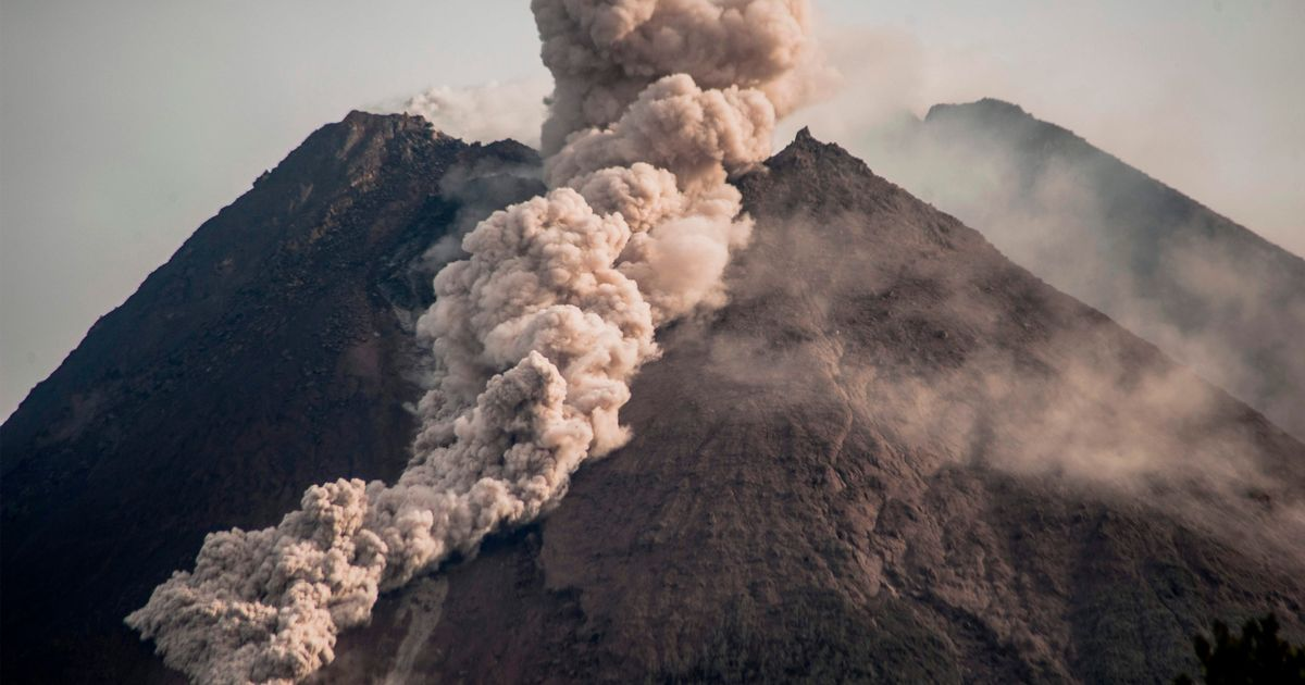 Huge volcano Mount Merapi erupts shooting out river of lava and gas clouds