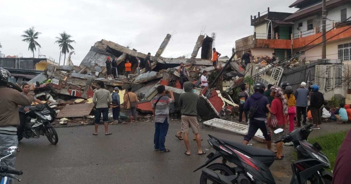 Indonesia earthquake kills 35 days after 62 die in jet crash and 11 in mudslides