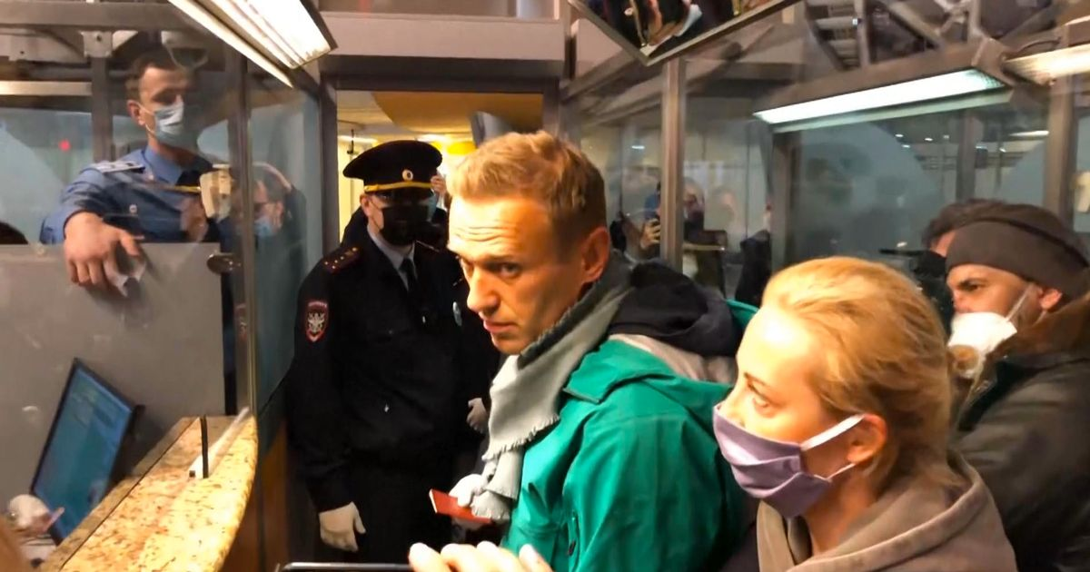 Police arrest Putin critic Alexei Navalny minutes after touching down in Russia