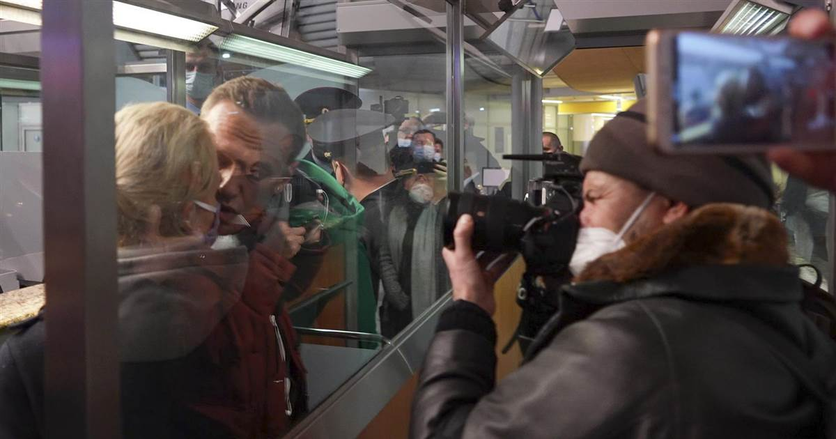 Russian police arrest Putin critic Alexei Navalny as he re-enters country at Moscow airport
