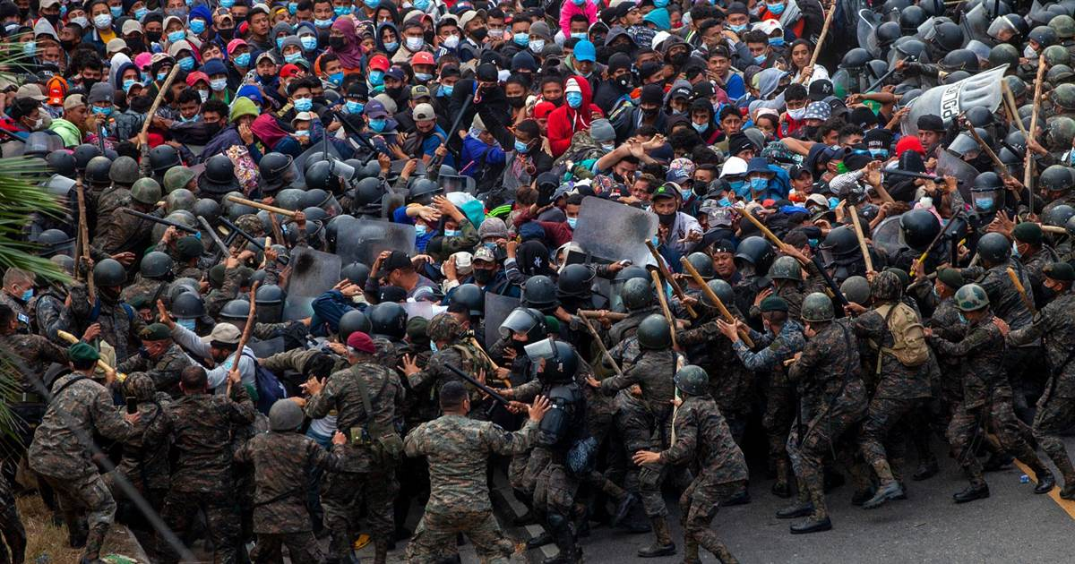 Thousands of migrants desperate to reach U.S. try to break through lines of Guatemalan soldiers