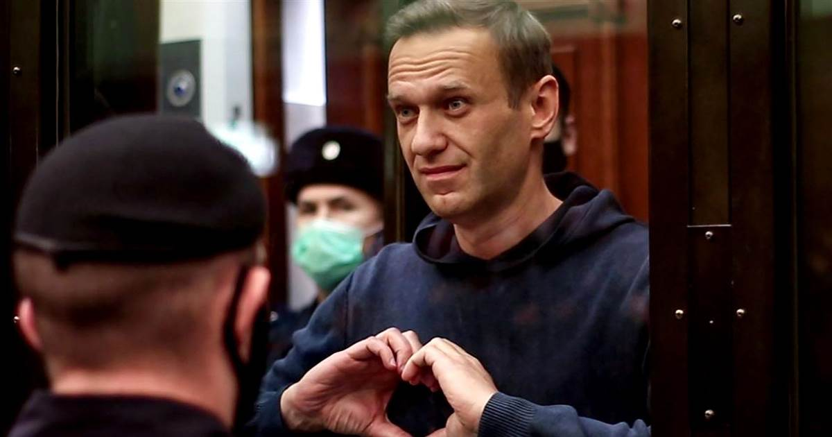 Alexei Navalny sends 'heart' messages as court sentences him to jail