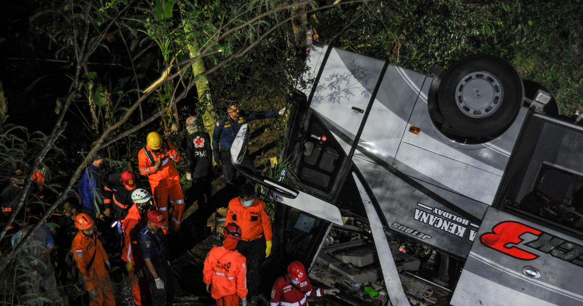 At least 27 dead after bus carrying school kids on trip plunges into ravine