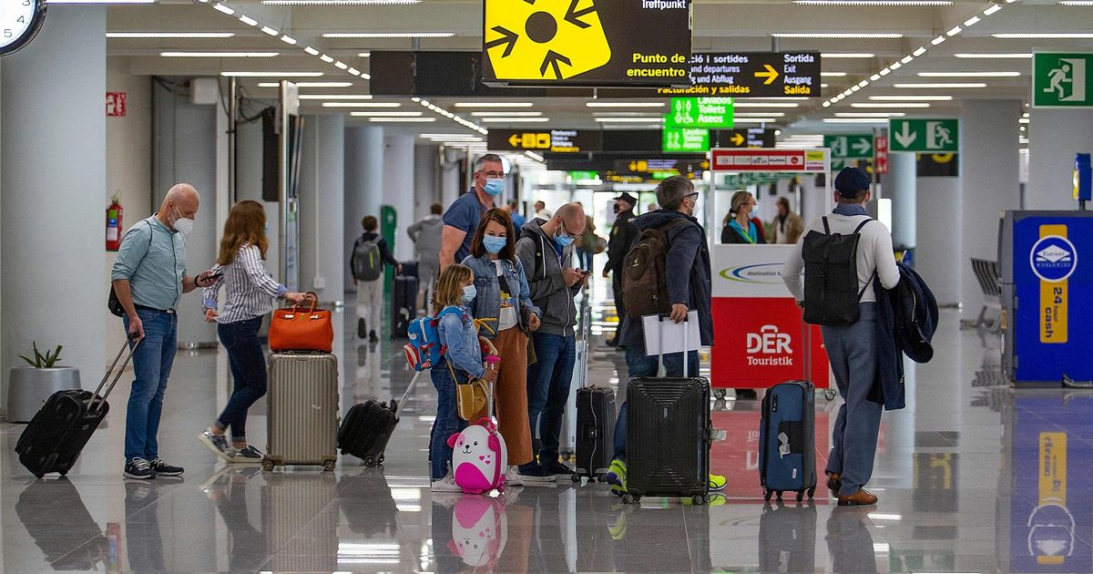 Brit expats 'kicked out of Spain' as group ordered back onto plane to UK