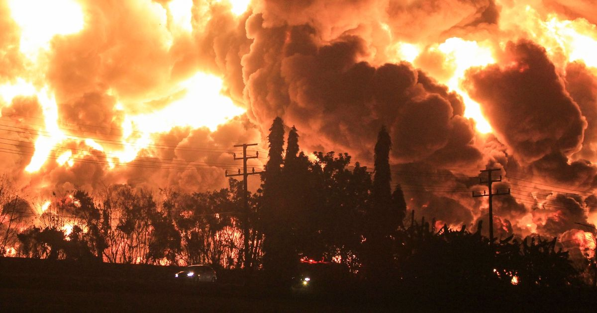Massive fireball explosion engulfs oil refinery with hundreds evacuated