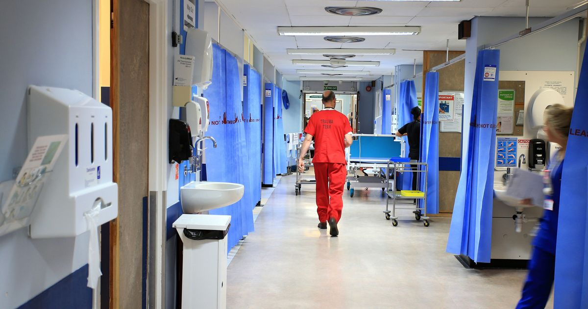 Weekly Covid deaths fall below 1,000 for first time in five months