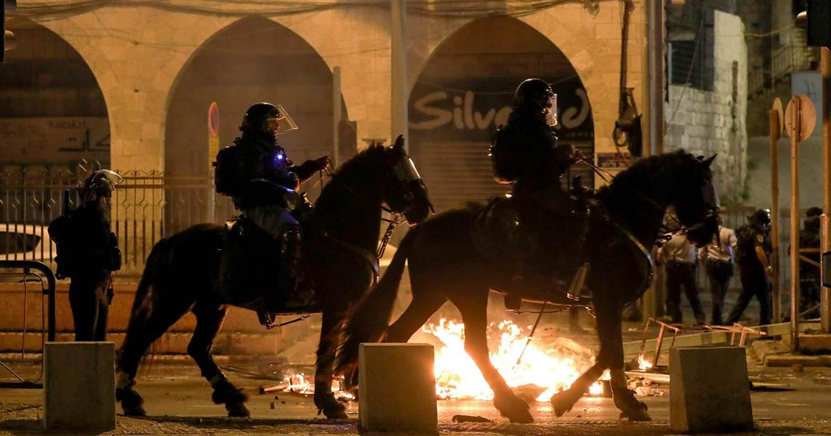Clashes in Jerusalem as police struggle with opposing protest groups