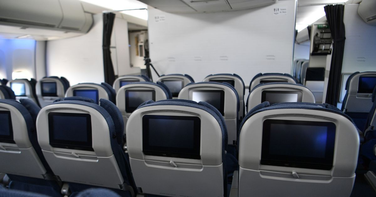 Leaving middle seats free cuts Covid risk on airlines by half, study finds