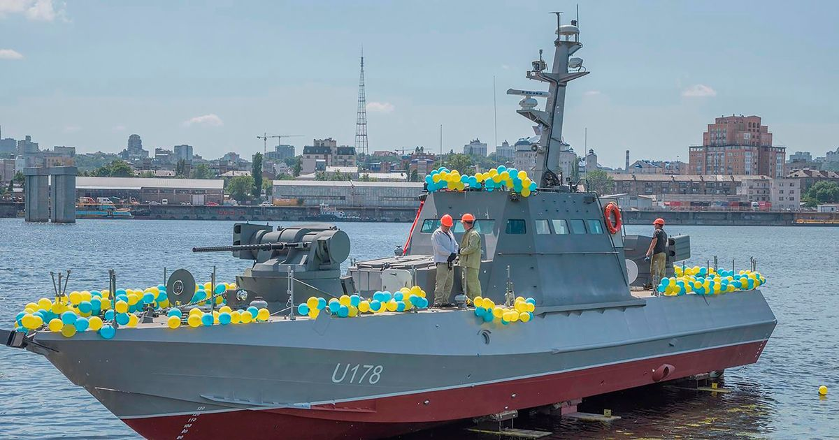 Ukraine threatens to shoot at Russian ships after 'provocative manoeuvres'